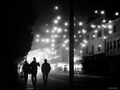 Where should we go? (René Mollet) Tags: fog foggy dark aarau blackandwhite bw monchrom monochromphotographie street streetphotography shadow silhouette night nightshot renémollet ©renemollet