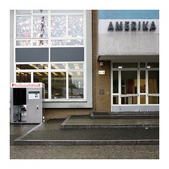 Die Fordisierte Fotografie / Fordism + Photography (bartholmy) Tags: berlin charlottenburg amerika amerikahaus galeriecoberlin schaufenster window tür door photoautomat photobooth fotoautomat gallery spiegelung reflection emptyseat