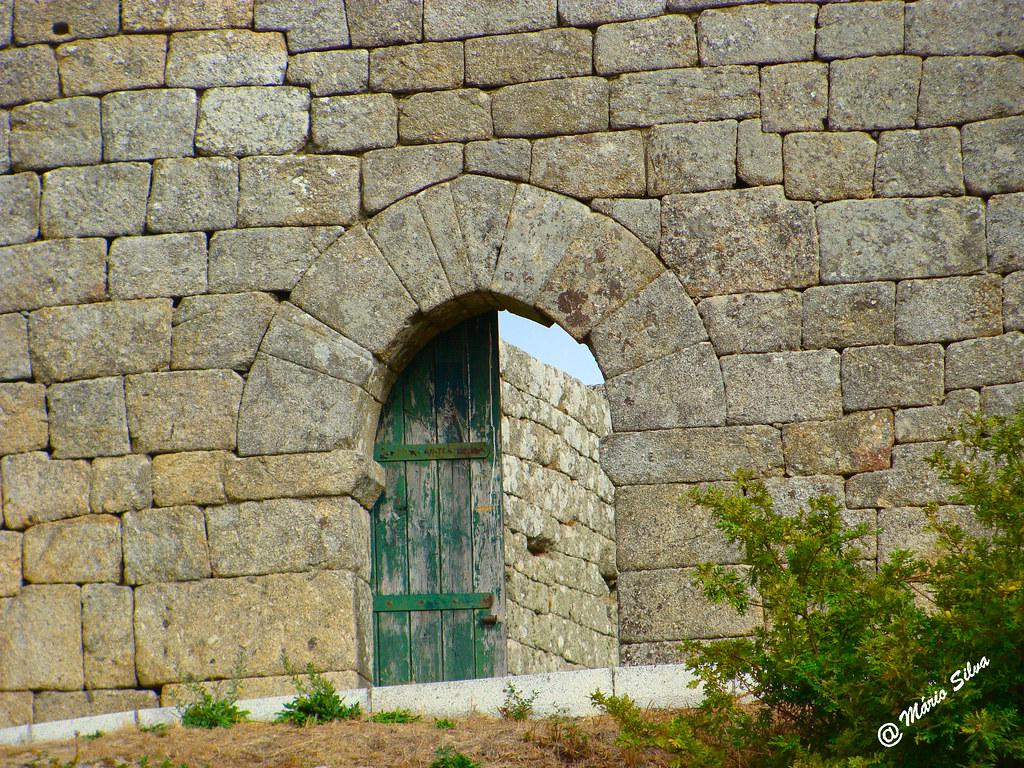 Águas Frias (Chaves) - ... porta de entrada do Castelo de Monforte de Rio Livre (monumento Nacional)