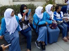 Moslim meisjes in blauw . (Franc Le Blanc .) Tags: panasonic lumix indonesia bali kuta jalanpantai moslima girls iphones seated sitting people sit