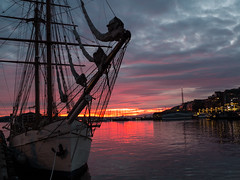 Sunset at the City Hall, Oslo (frankps) Tags: sunset oslo harbour harbor sailboat akerbrygge