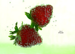 Fresas (Ivannia E) Tags: red stilllife water frutas colors agua strawberries bubbles bodegn fresas burbujas