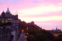 autumn sunset 01 (byronv2) Tags: edinburgh edimbourg edinburghbynight night nuit nacht oldtown scotland northbridge bridge cityscape castle chateau schloss sunset dusk twilight red pink purple clouds