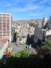 """Valparaiso: vue sur la ville basse et les collines depuis le Paseo Atkinson <a style=""""margin-left:10px; font-size:0.8em;"""" href=""""http://www.flickr.com/photos/127723101@N04/30172268452/"""" target=""""_blank"""">@flickr</a>"""