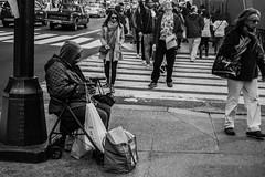 Hombre sin recursos (Garimba Rekords) Tags: nuevayork eeuu nyc ny otoo homeless sin techo blancoynegro pobreza manhattan