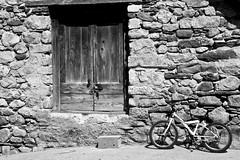 Entrada y sentada (KARNATION) Tags: door bike puerta bicicleta karnation