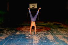 Peripcias em um skate (tatianasolera) Tags: skate skaterboy quadra noite night boy man sportscourt esporte