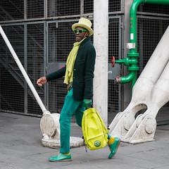 Vert  pied (amor du 94) Tags: 4me architecture artculture centrepompidou chaussure couleur couvrechef danslarue homme lieu muse pariscentre scne sujet texture vtement