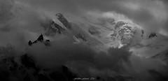 Un lot dans la Tourmente (Frdric Fossard) Tags: grain texture paysage montagne nature silhouette aiguilledumidi glacier neige brume orage tourmente montblanc antenne lumire ombre atmosphre dramatique alpes hautesavoie massifdumontblanc altitude hautemontagne