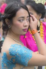 Finishing touch - Dernire touche (Jean Ka) Tags: france paris carnavaltropical 2016 parade umzug celebration street rue costume folklore verkleidung disguise frau femme woman indonesian indonesierin blau bleu blue fte strase dfil dguisement indonsienne