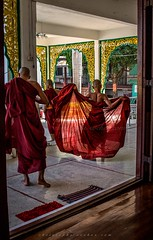 IMG_1043-le-18_04_2016-wat-thail-wattanaram-maesot-thailande-christophe-cochez-w (christophe cochez) Tags: thailand thailande maesot watthailwattanaram monk bonze myawadyy myanmar burma burmes birman birmanie religion travel voyage asie asia asian bouddhiste bouddhisme buddhist buddhism
