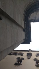 Vertigo (javitm99) Tags: clásico neoclasicismo neoclasico neo decoraciones decorations cielo sky gris piedra stone documental calle street españa spain bcn barcelona wall pared arquitectura architecture vértigo