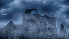 Crépuscule, brume et neige (Fred&rique) Tags: lumixfz1000 photoshop cameraraw neige snow ciel sky brume mist nuages clouds crépuscule chateau doubs franchecomté castle