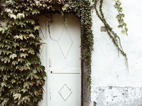 """""""У каждого дома есть свой секрет. Найди свою дверь. И подбери к ней ключи.. удачи."""" #убейменяминимализм #today #mood #vsco #инстаграмнедели #стена #моя _другая_италия #мояиталия #vscosicily #vscorussia #instaart #minimal #minimalism #instaminim #white #wa"""