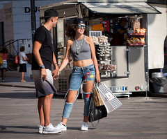 Summe in the city (Andreas Kollmorgen) Tags: shopping sonnenbrille streetfashion mailand bauchfrei jeansusedlook
