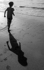 Petit homme deviendra grand (CcileAF) Tags: canon monochrome beach sea holiday shadow sand summer childhood reflections nature nb