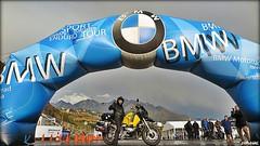Miquel Silvestre en el arco de entrada al recinto partiendo para iniciar su viaje a Ararat
