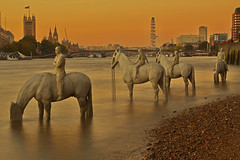 Sale la marea / The rising tide (Vauxhall, London, United Kingdom) (AndreaPucci) Tags: london westminster thames vauxhall canonef24105mmf4lis therisingtide canoneos60 jasondecairestaylor saariysqualitypictures andreapucci