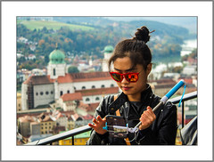 Touristin in Passau (Tourist in Passau) (alfred.hausberger) Tags: flickrtreffenpassauebersbergerherbst selfie dom oberhaus