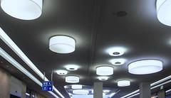 Ufos an der Wand (ruedigerhey) Tags: lampen decke neon neonlampe kunst einkaufszentrum architektur hamburg geschft schn ufo auserirdisch bauwerke blumen gebude freie und hansestadt diagonale gebudestruktur abstrakt linien infrastruktur berfhrung triangel toilette behindert damen herren wickelraum canong12 g12
