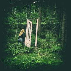 ... Aos ms tarde, Alicia  ... (Lanpernas 4.0) Tags: renmagritte surrealismo puertas bosque sueo surrealista verde parque gladysenea rubia aliceliddell