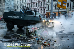 Proteste gegen Neonaziaufmarsch in Leipzig - Südvorstadt - Connewitz - 12.12.2015 - Leipzig - le1212 IMG_8592 (PM Cheung) Tags: leipzig demonstration sachsen proteste südvorstadt hooligans npd neonazis barrikaden csgas wasserwerfer nationalismus schlagstock krawalle rassismus naziaufmarsch gegendemonstration connewitz tränengas ausschreitungen sternmarsch südplatz htwk räumpanzer christianworch karlliebknechtstrase pmcheung pomengcheung lotharkönig facebookcompmcheungphotography dierechte pegida legida mengcheungpo silviorösler 12122015 leipzigconnwitz thügida offensivefürdeutschland leipzigbleibtrot protestfürfriedenundvölkerfreundschaft davidköckert gegenlinkenterrorunddielinkediktatur le1212