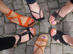 girl power and nail polish in Bruges (Mamie Julie) Tags: belgium bruges girlpower feet beauties