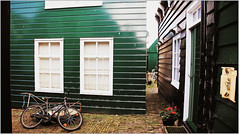 Le village de Marken, Waterland, Nederland (claude lina) Tags: claudelina nederland netherlands paysbas hollande marken waterland village maisons houses architecture vlos bikes bicycles