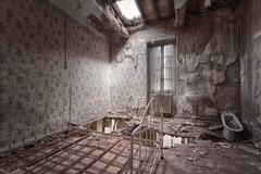 Au bord du gouffre... (ElfeMarie) Tags: chteau abandonn oubli lost decay lit creepy abandoned tonemapped urbex
