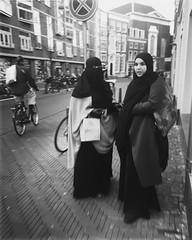 Twee vrouwen negeren het niet-parkeren bordje (Patrick Rasenberg) Tags: burqa scarf stad city straat street vrouwen vrouw women woman holland nederland netherlands thehague denhaag