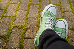 Schuhe (Hoffnungsschimmer) Tags: green shoes legs walk leg ground run grn schuhe chucks beine gehen schuh laufen boden fse