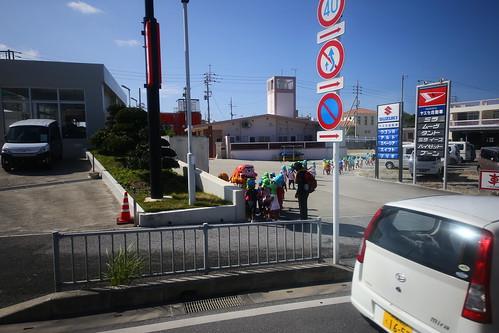 2015-10-27 Day3 沖繩前往玉泉洞的巴士上 一排的小人