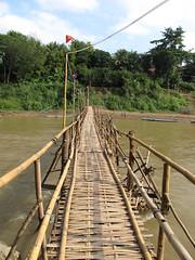 "Luang Prabang: la rivière Nam Khan et un des ses ponts en bambou <a style=""margin-left:10px; font-size:0.8em;"" href=""http://www.flickr.com/photos/127723101@N04/23953464045/"" target=""_blank"">@flickr</a>"