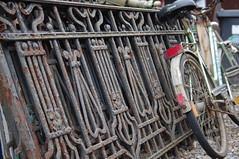 Old fence and bike (Mado46) Tags: bxl06 mado46 deutschland dortmund germany nrw frankbartecki loftdesign changeyourliferideabike rad fahrrad bike fiets bicycle velo gitter gelnder handrail balustrade topv11111 11111v111f hff
