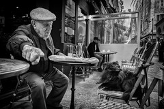 LEICA Q (Nicolas LANDRA) Tags: leica q leicaq summilux 28mm 28 17 nice france street shot regard eye contact bw girl old contrast