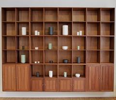 reolsystem-moerk-trae-inspiration-billede (atbodk) Tags: furniture bookshelf bookcase books interior design house inside danish danishdesign