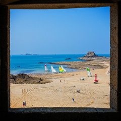 Vue de l'Ile du Petit B depuis les Remparts de St Malo (Bretagne, France) (Alex Stoen) Tags: travel france window square geotagged ventana sand brittany flickr view fort framed sails bretagne vista lowtide fortifications velas intramuros saintmalo remparts murailles murallas encuadre mareabaja creativecomposition summiluxm35mm alexstoenphotography instagram compositionexercises leicamptyp240