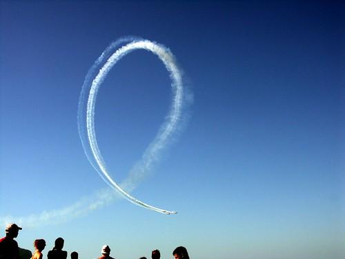 striscia bianca acrobazie aerei su cielo azzurro