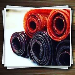 طرز تهیه لواشک لیمو با طعم نعنا و تمشک مواد اولیه : تمشک (سیاه) ۳ فنجان برگ نعنا ربع فنجان عسل ربع فنجان آب لیمو 2 ق.غ تراشه های پوست لیمو 2 ق.غ کاغذ پوستی میزان لازم فر را بگذارید در دمای ۱۷۰ درجه فارنهایت گرم شود. تمشک ها،برگ های نعنا،عسل،تراشه های پوست (jansonwikenson) Tags: square squareformat clarendon iphoneography instagramapp uploaded:by=instagram