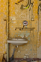 20110813-FD-flickr-0031.jpg (esbol) Tags: bad badewanne sink waschbecken bathtub dusche shower toilette toilet bathroom kloset keramik ceramics pissoir kloschüssel urinals