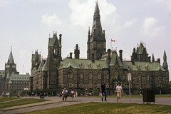 076 1982-08-09 Parliment Hill, Ottawa (crobart) Tags: 1982 ottawa hill slide august kodachrome slides parliment