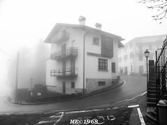 La Scighera a Sormano (iw2ijz) Tags: winter bw italy house como fog casa italia nebbia inverno lombardia sormano schighera murodisormano