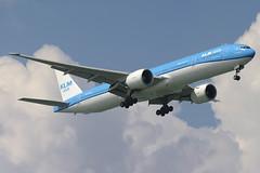 KLM Boeing 777-300ER (PH-BVB) DSC5073 (KWsideB) Tags: plane airplane airport singapore aircraft aviation flight aeroplane landing boeing klm changi kl 777 changiairport spotting airliner airtravel 773 planespotting b777 wsss 777300 royaldutchairlines 777300er 77w klmasia koninklijkeluchtvaartmaatschappij 20r phbvb 777306er runway20r fulufjälletnationalpark