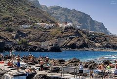 Pueblos de Tenerife... (Leo ) Tags: pueblo mar montaas rocas gente bao verano tenerife islascanarias garachico
