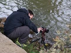Fotograf in Aktion (ingrid eulenfan) Tags: natur nature fotograf fotografieren mann wasser flus flow river ufer canon