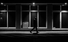 Night Prowler (Sven Hein) Tags: mann menschen leute strasse herbst nacht schwarzweiss strassenfotografie nightprowler man people street streetlife autumn fall night bw blackandwhite candid streetphotography sony rx100m3 rx100iii