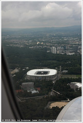 Commerzbank-Arena | - (Dit is Suzanne) Tags: plane germany airplane frankfurtammain duitsland vliegtuig  waldstadion commerzbankarena views100 img0031  onderwegineuropa ontheroadineurope canoneos40d approximategeotag   geotagbijbenadering 23092015 sigma18250mm13563hsm ditissuzanne