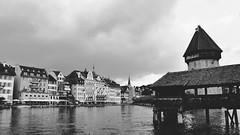 Lucerne (Fabrice1965) Tags: suisse lucerne pont kapellbrücke rivière reuss lacdesquatrecantons pluie mélanie parapluie nikond90