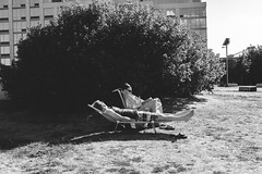 Relaxing in the park on beach chairs (L A Nolan) Tags: 35mm 35mmf2 50mmequiv brooklyn day fuji fujifilm fujifilmxpro2 fujinon fujinonxf35mmf2 newyork newyorkcity newyorknewyork ny nyc outdoors outside people streetphotography thebigapple williamsburg xpro2