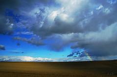 empty field, busy sky (Lutz Koch) Tags: sky himmel field feld polfilter wolken clouds regenbogen rainbow szentpterr zala ungarn hungary magyarorszag menny szivrvny mez felhk nemesszer pacsa zalakomitat elkaypics lutzkoch sonyilce6000 landscape landschaft licht schatten light shadow arcenciel arcoris arcoiris regenboog